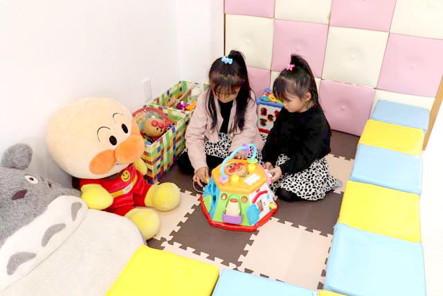 キッズスペースで子供2人が遊ぶ様子
